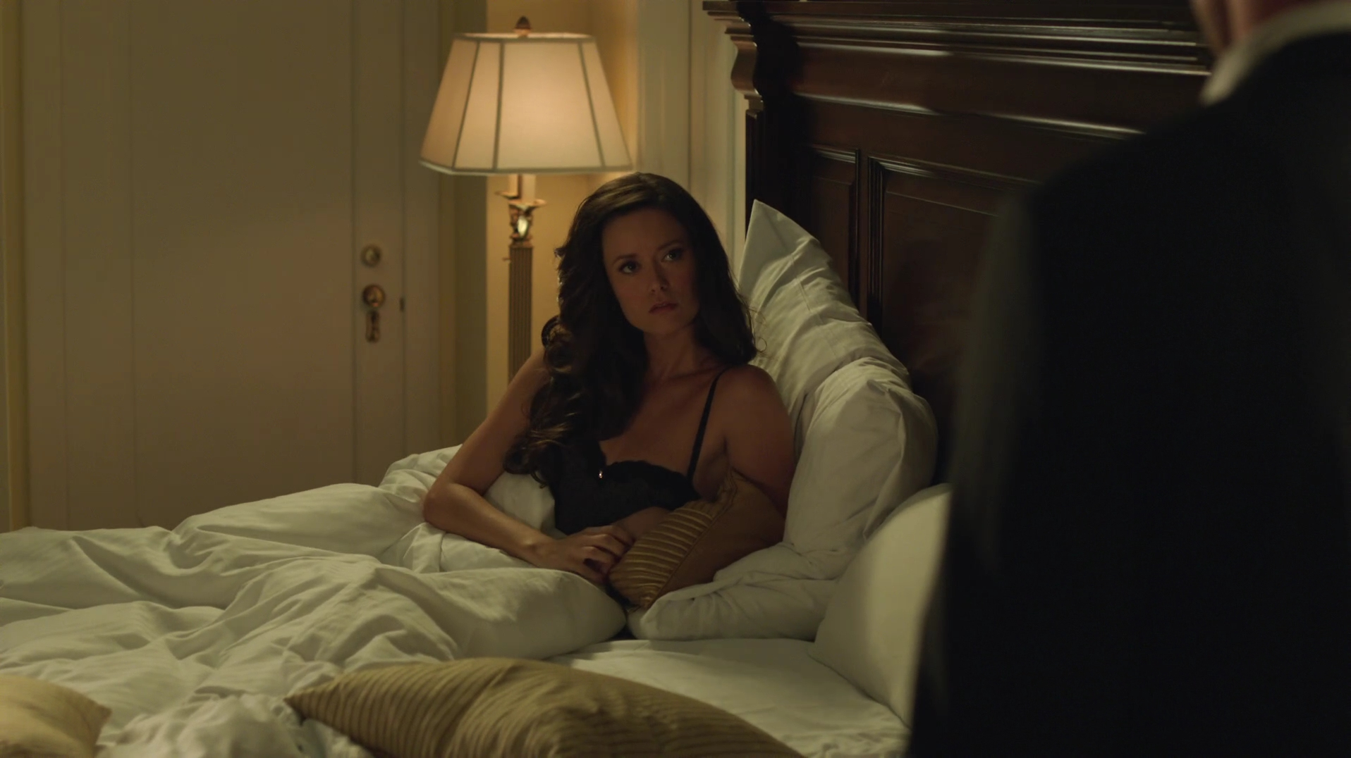 Poll: Will Isabel and Oliver have an affair? - Summer-Glau