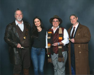 Summer Glau posing with Doctor Who Cosplayers at Cincinnati Comic Expo