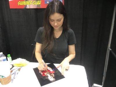 Summer signs a photo of Arrow's Isabel Rochev at Cincinnati Comic Expo