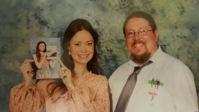 Summer Glau poses with fan at MCM Hannover Comic Con 2017